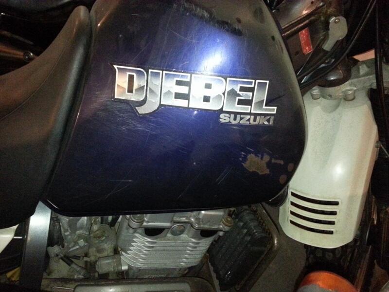 Наколенниками протерается бензобак мотоцикла до металла